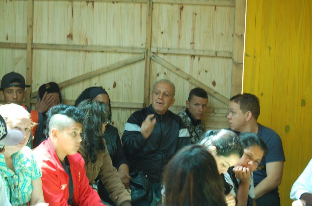Plateia na palestra da Elysia na inauguração do Projeto Morro da Cruz