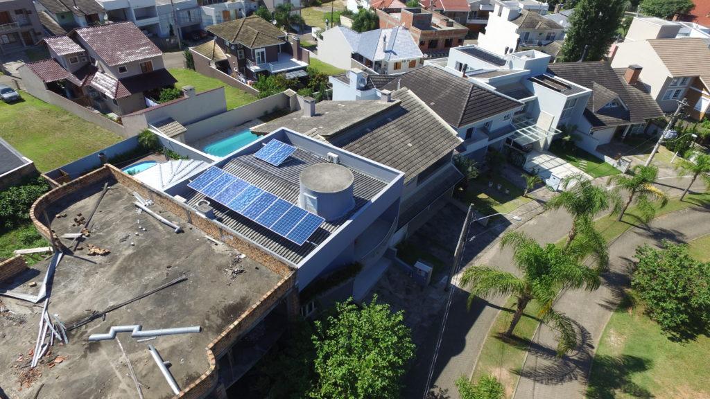 Detalhes:  Cidade: Porto Alegre Estado: RS Tipo de Cliente: Residencial Capacidade de Geração Mensal Média: 376 kWh/mês Área de Ocupação: 20 m² Potência Instalada: 3,30 kWp Marca dos Módulos Fotovoltaicos: GCL Quantidade de Módulos Fotovoltaicos: 10 Tecnologia dos Módulos Fotovoltaicos: Silício Policristalino Marca do(s) Inversor(es): WEG Quantidade de Inversores: 1 Tipo de Telhado: Fibrocimento Concessionária: CEEE