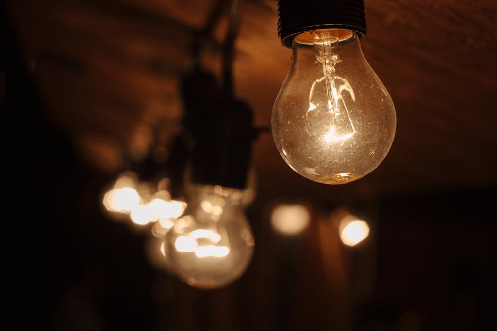 Janelas e portas antigas, por exemplo, são os principais contribuintes para o alto consumo de energia e, portanto, o aumento das contas. Você deve garantir que tenha janelas e portas adequadas e isolar adequadamente outros espaços da casa, como o porão e o sótão. 7 - Fiação defeituosa Outra coisa que pode estar causando as elevadas contas de eletricidade é o sistema de fiação do imóvel estar com problemas. Se os fios defeituosos entrarem em contato com objetos condutores ou outros fios, eles podem aquecer e causar consumo de energia. Isso pode fazer com que você pague contas mensais altas sem saber exatamente o que está errado. A fiação defeituosa não é ruim somente para gerar contas de luz altas, mas também perigosa quando tocada. Se houver fios desencapados em sua casa, eles podem causar mais danos do que o imaginado. Portanto, é aconselhável fazer uma revisão elétrica do seu imóvel rotineiramente. 8 - Aparelhos com defeito Se suas contas mensais de energia aumentarem repentinamente, sem nenhuma explicação, é necessário verificar se os aparelhos em sua casa estão em boas condições. Os aparelhos que consomem quantidades significativas de energia podem incluir uma máquina de lavar, secadoras e lava-louças. Portanto, é aconselhável fazer a manutenção adequada de alguns desses aparelhos. Um aparelho com defeito pode facilmente causar choque ou incêndio, o que pode ser ainda mais caro. Se você notar alguma falha em qualquer dispositivo ou suspeitar que está usando muito mais energia do que antes, é prudente chamar um especialista.